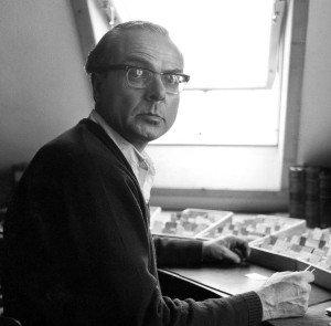 Arno Schmidt am Schreibtisch vor seinem Zettelkasten
