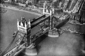 Die Londoner Tower Bridge in den 20er Jahren